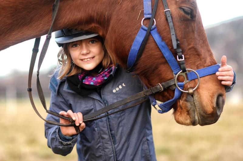 Therapeutisches Reiten Hannover Jolly Jumper Mädchen mit Pferd