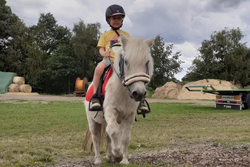 Therapeutisches Reiten Hannover Jolly Jumper Junge reitete auf Pony
